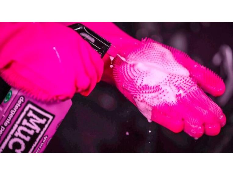 Auf der Innenfläche des Handschuhs befinden sich flexible Borsten
