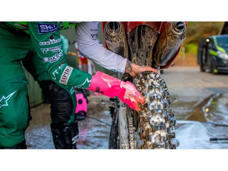 Reinigungshandschuhe ersetzen Schwamm und Bürste